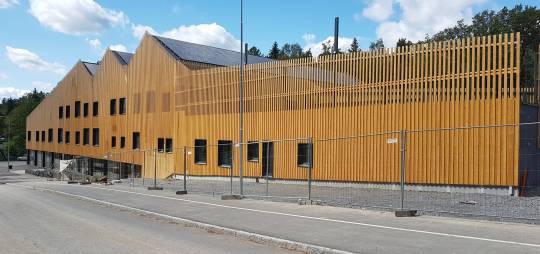 DAS BAU- UND AUSFÜHRUNGSPROJEKT EINER STAHLGERÜSTKONSTRUKTION FÜR DAS VIERSTÖCKIGE MODULARE SCHULGEBÄUDE MIT EINER TURNHALLE SKAPASKOLAN IN SCHWEDEN, MIT EINER FLÄCHE VON CA. 5300 m²